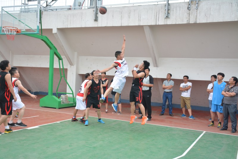 紧张激烈的篮球比赛